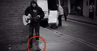 This Homeless Cat Walked Up To A Street Musician… And The Most Wonderful Thing Happened.