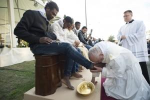 Pope-Franci-kiss-Muslims-feet-300x200