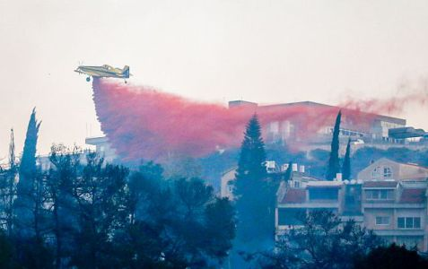 Israeli firefighter airplanes try to extinguish a fire raging in the Northern Israeli city of Haifa, on November 24, 2016. Photo by Meir Vaknin/Flash90 *** Local Caption *** ????? ???? ???? ?? ?????