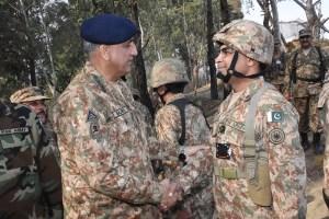 general-qamar-javed-bajwa-meets-troops-at-loc