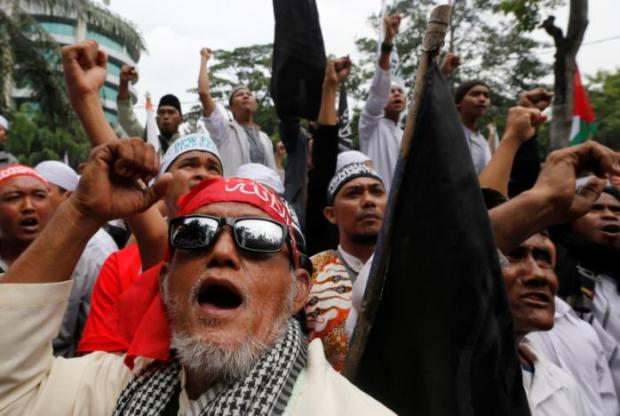Indonesian hardline Muslims react after hearing a verdict on Jakarta's first non-Muslim and ethnic-Chinese Christian governor Basuki Tjahaja Purnama's blasphemy trial outside the court in Jakarta, Indonesia May 9, 2017. REUTERS/Beawiharta