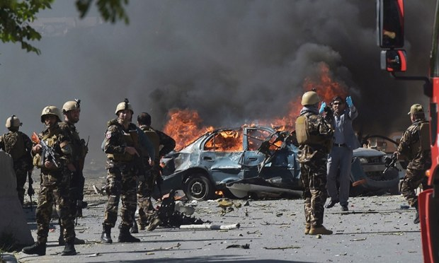 Afghan security forces personnel are seen at the site of a car bomb attack in Kabul on May 31, 2017. At least 40 people were killed or wounded on May 31 as a massive blast ripped through Kabul's diplomatic quarter, shattering the morning rush hour and bringing carnage to the streets of the Afghan capital. / AFP PHOTO / SHAH MARAI