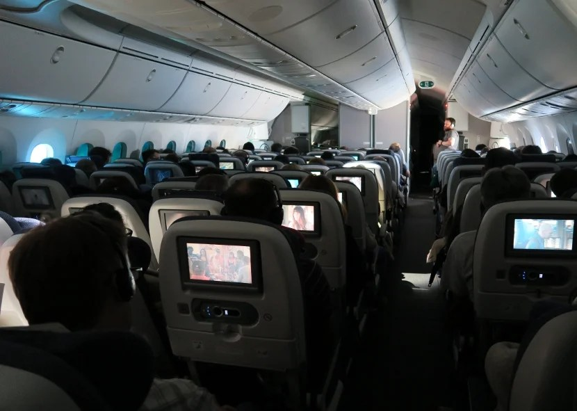 For the first half of the flight passangers remained in control of their windows. As can be seen, this resulted in mostly darkly tinted windows but also a few very bright windows.