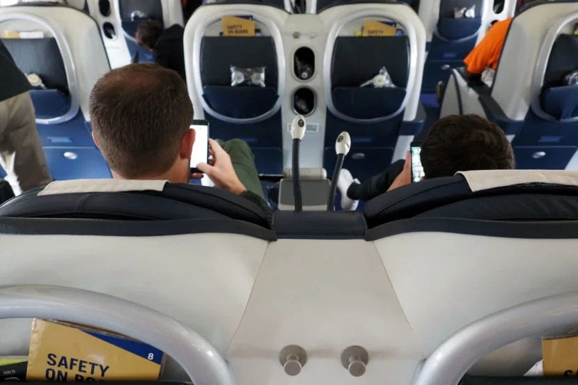 Choosing one of the two middle seats grants both passengers direct aisle access.