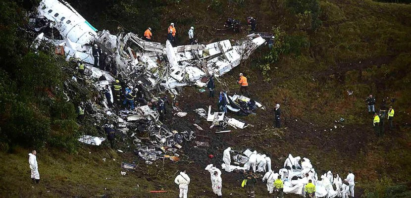 Rescuers search for survivors from the wreckage of the LAMIA airlines charter plane carrying members of the Chapecoense Real football team that crashed in the mountains of Cerro Gordo, municipality of La Union, on November 29, 2016. A charter plane carrying the Brazilian football team crashed in the mountains in Colombia late Monday, killing as many as 75 people, officials said.  / AFP / Raul ARBOLEDA        (Photo credit should read RAUL ARBOLEDA/AFP/Getty Images)
