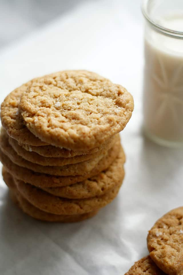 Soft and delicious gluten free and vegan peanut butter cookies! Recipe at the prettybee.com