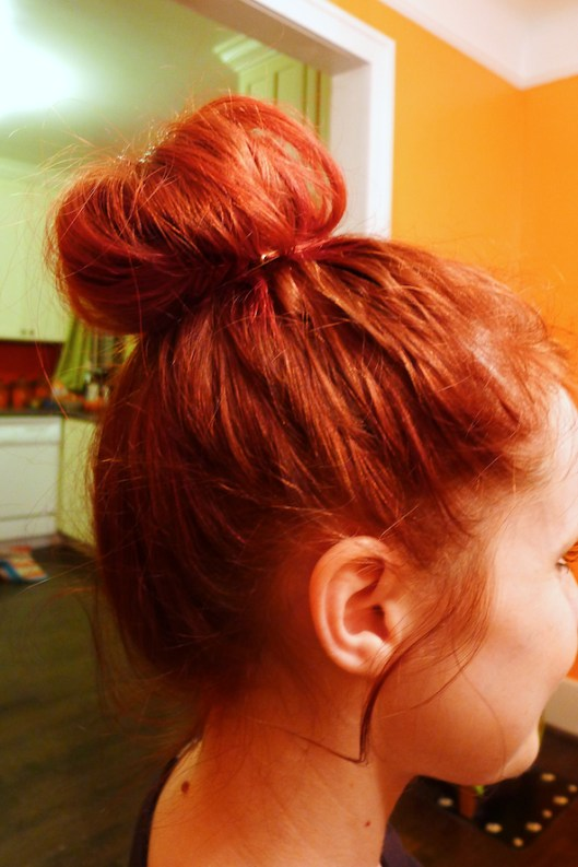 Quick Messy High Bun, messy hair, Quick Bun Hair Style, Messy Top Knot Bun, how to do top knot bun, how to top bun
