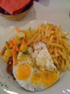 """Schnitzel """"Hamburger Art"""" mit Pommes frites und Gemüse"""