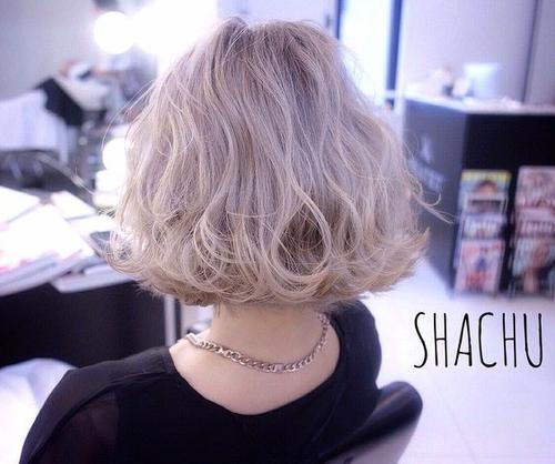 wavy messy blonde bob hairstyle