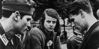 """Die Geschwister Hans und Sophie Scholl und Christoph Probst (von links) von der studentischen Widerstandsgruppe """"Weiße Rose"""" in München. Alle Mitglieder wurden am 22. Februar 1943 hingerichtet..; Foto: George J. Wittenstein, 1942;"""