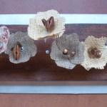 Esculturas de mesa de mesa con flores de tela y madera acero semillas, perlas y tejidos naturales