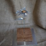 Primula Flores de hojalata Kardinsky escultura realizada con aluminio reciclado