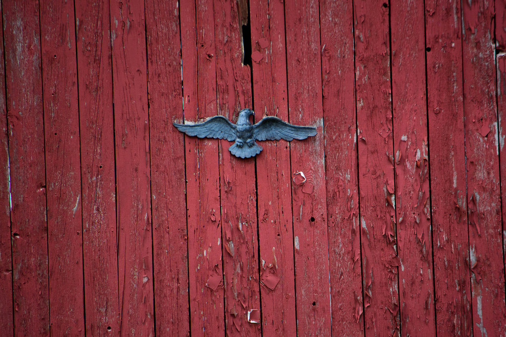 eagle-decoration-on-barn