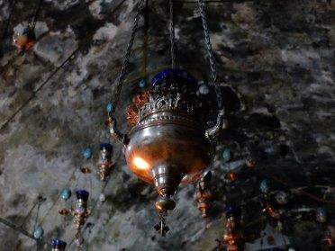Una lampada all'interno della chiesa dell'Assunzione di Maria a Gerusalemme