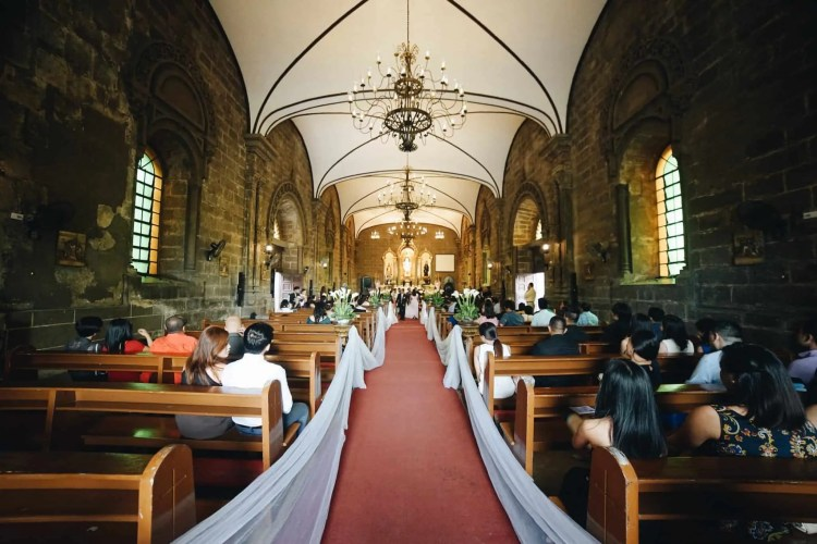 A clear view of the aisle is possible at unplugged weddings.