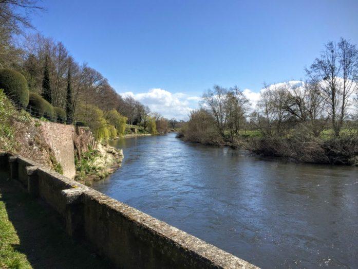 在国家信托基金会(the 国家信任)的韦里花园(Heirfordshire)望着怀河(River Wye)