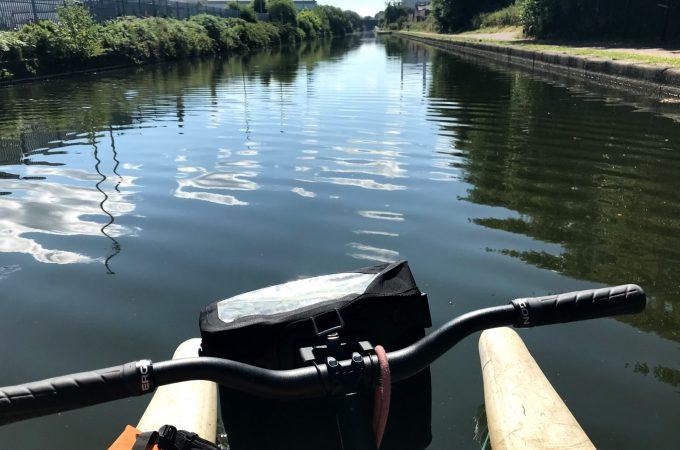 乘坐水上自行车在运河上骑自行车