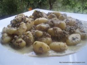 Νιόκι με μανιτάρια και καρύδι Gnocchi in portobello walnut sauce