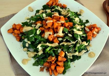 Υπέροχη σαλάτα με σπανάκι, ψητή γλυκοπατάτα κ σως ταχινιού