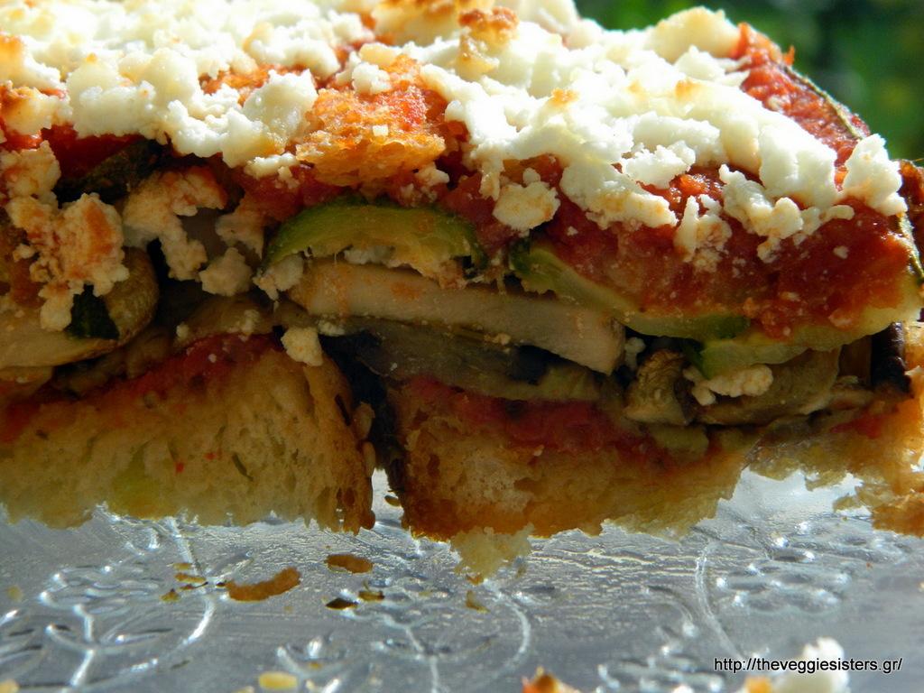 Μεσογειακή αλμυρή τούρτα με ψωμί κ λαχανικά