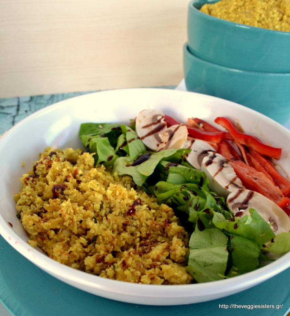 """Σαλάτα με πικάντικο """"ρύζι"""" από ... κουνουπίδι"""