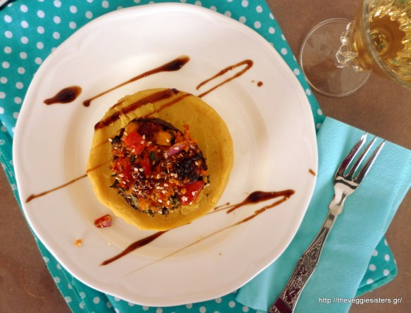 Σαντορινιά φάβα με γεμιστά πορτομπέλο