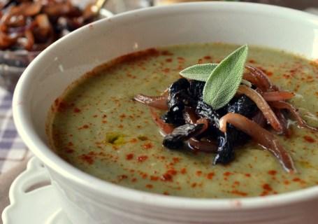 Σούπα βελουτέ με μπρόκολο κ καραμελωμένα πορτσίνι