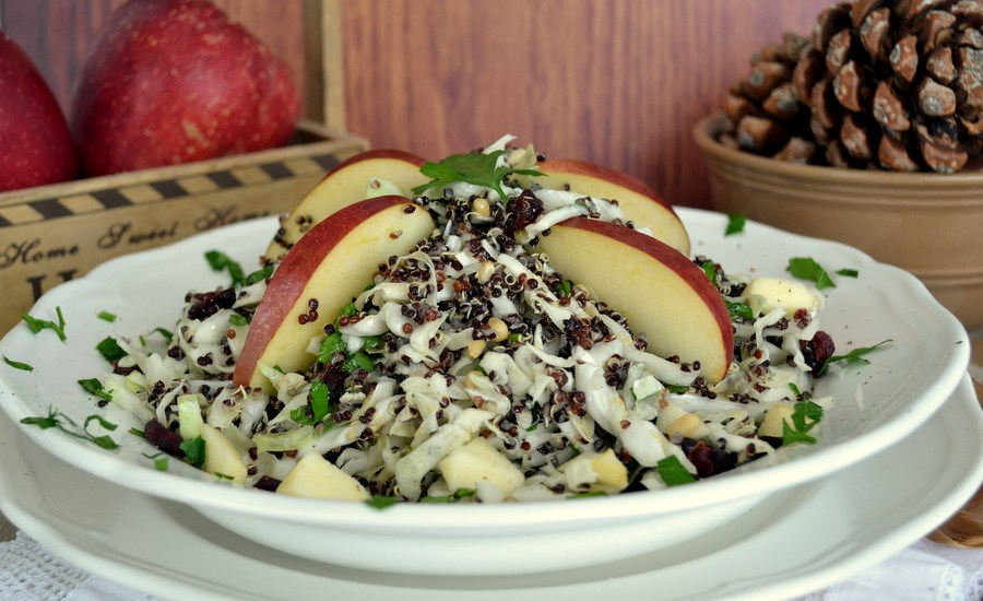 Γιορτινή σαλάτα με κινόα, λάχανο κ μήλο
