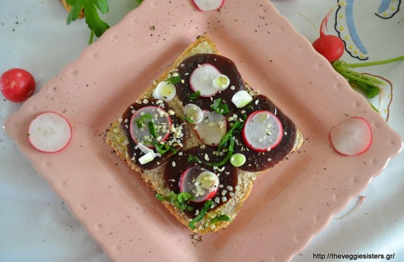 Ανοιχτό σάντουιτς με σκορδαλιά και παντζάρια