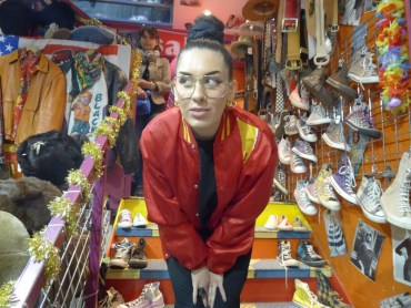 Elena jobbar i en cool Vintagebutik i Camden Town, London. Hennes outfit består av fynd från butiken.