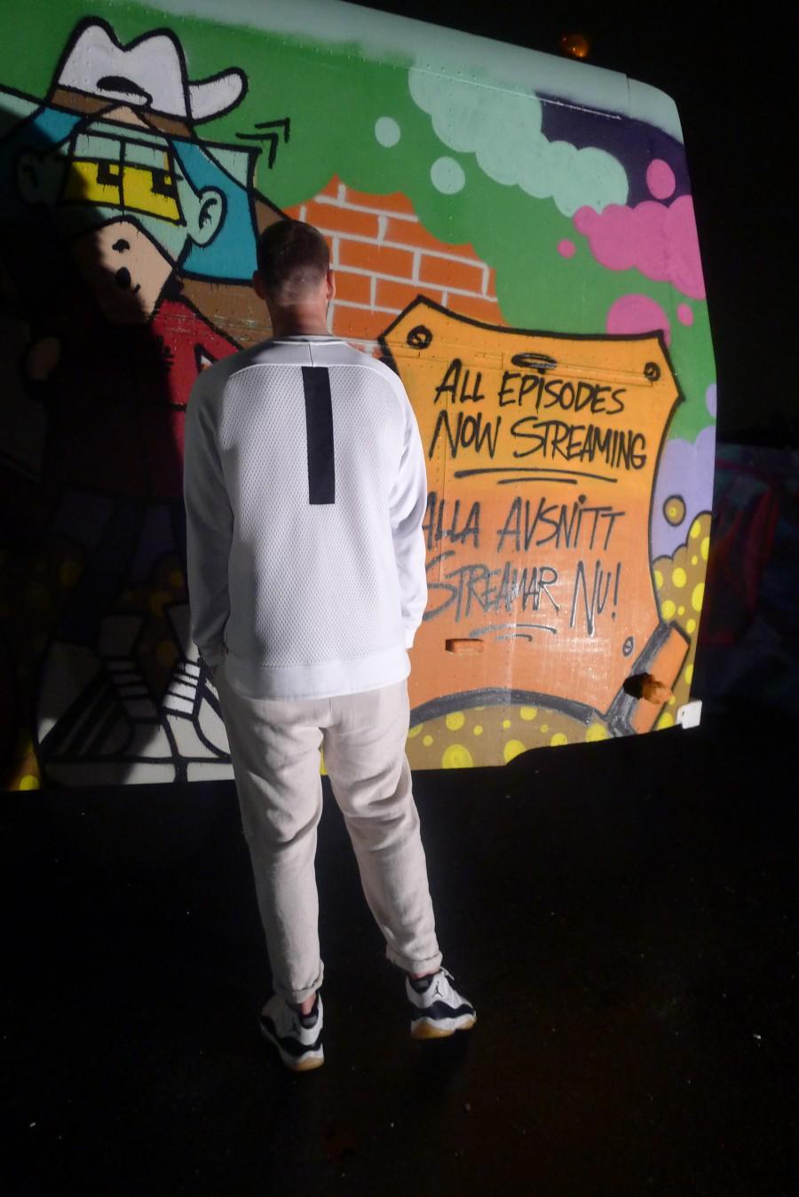Johan Hammarstedt i en schysst vit outfit med klassiska Jordanskor utanför Gothenburg Studios.