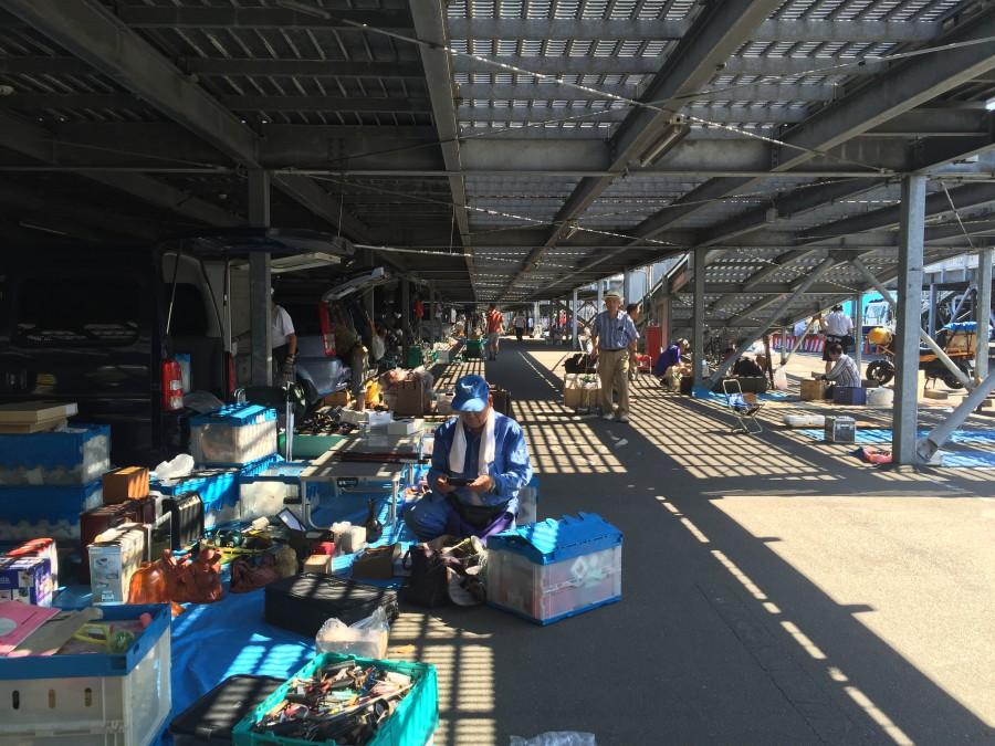 Tokyo City Flea Market, en av de bästa marknaderna i Tokyo. Kör varje helg under  ett parkeringstak, perfekt mot både solen och regnet.