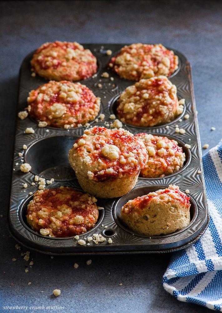strawberry crumb muffins