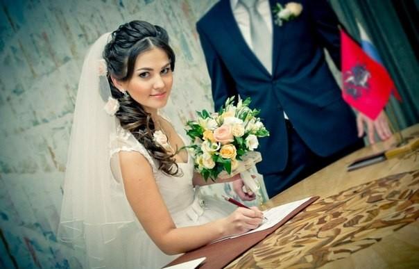 прически с косами и фатой на свадьбу фото