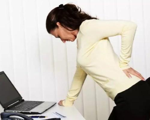 Болить спина між лопатками
