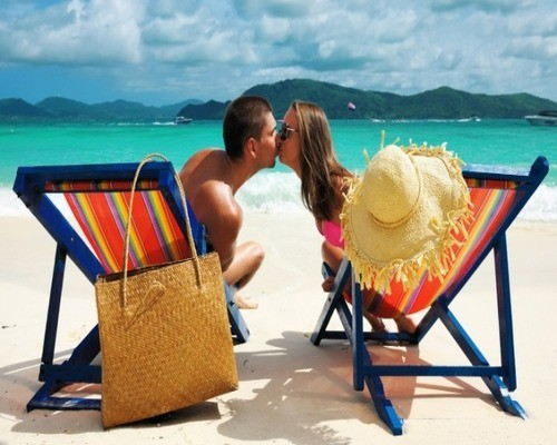 Жена ласкает мужа пляж