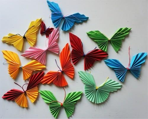 Сделать бабочки из цветной бумаги своими руками