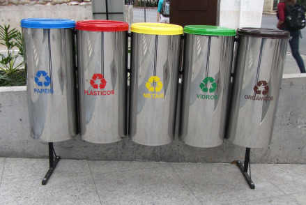 5 bin structure outside a corporate building, Berrini, São Paulo