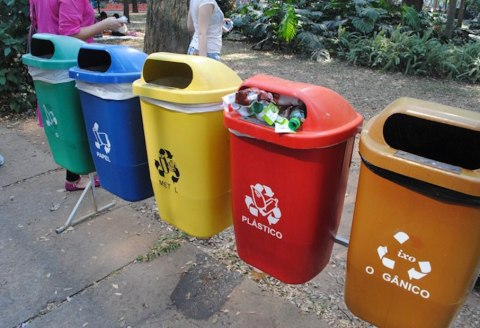 5 bin waste option in front of the Museu do Afrobrasil in Ibirapuera Park, São Paulo. Options: (l to r) Glass, Paper, Metal, Plastics and Organics