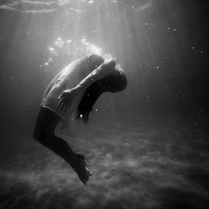 2015_10_Life-of-Pix-free-stock-photos-girl-underwater-oxygene-fashion-black-white-Joel-Campbell