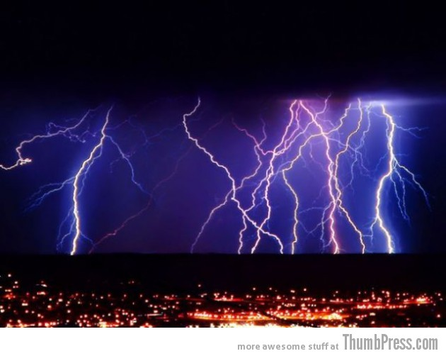 Lightning Thumbpress 16 630x502 Horrifying Lightning Storm Over Albuquerque, New Mexico