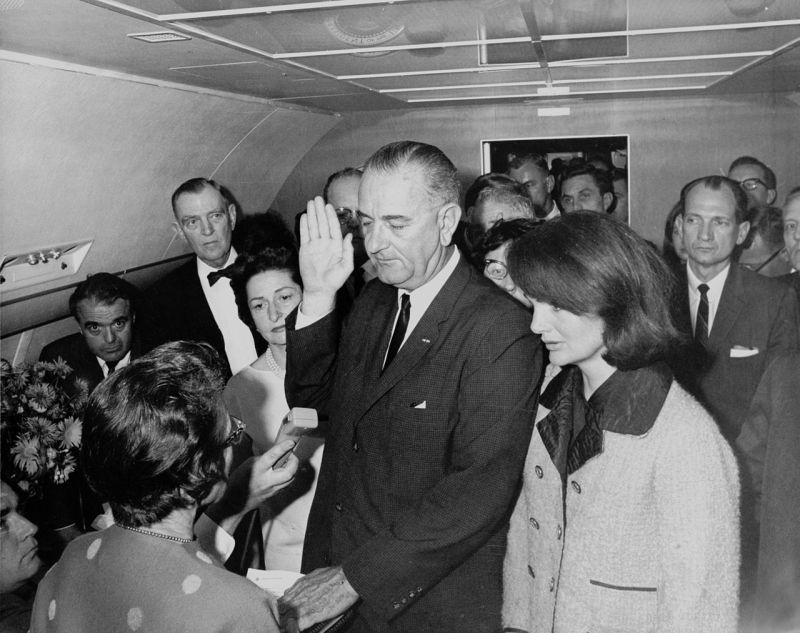 1280px-Lyndon_B._Johnson_taking_the_oath_of_office2C_November_1963