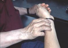 Mittels einer Pulsdiagnose kann der Tibetische Arzt den Gesundheitszustand des Patienten beurteilen.