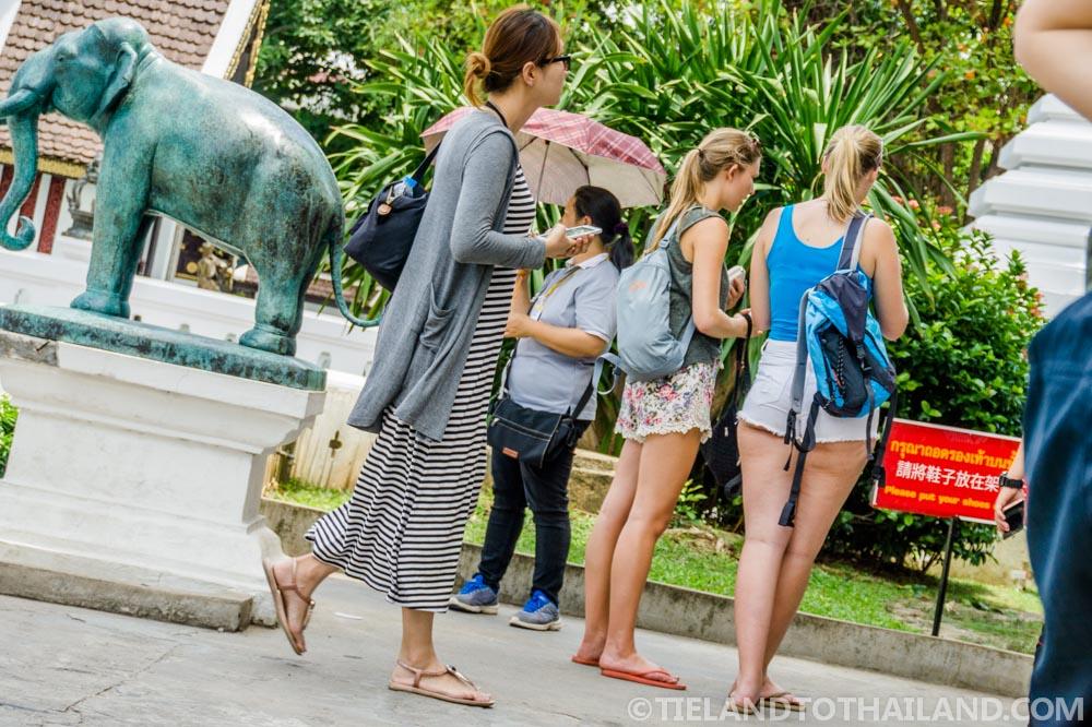 http://i1.wp.com/tielandtothailand.com/wp-content/uploads/2015/08/wear-at-thai-temple-27-1000px.jpg