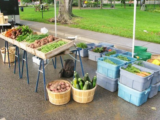 Loading veggies on the farmers' market stand