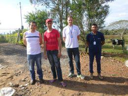 Comitiva tio-huguense realiza visita técnica em propriedade que atua na atividade de apicultura