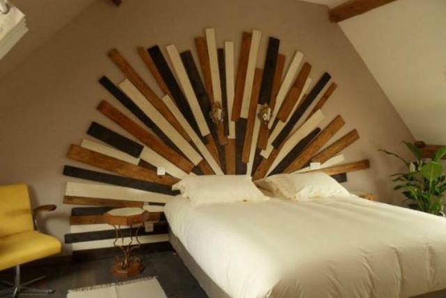 Headboard made with pallets that looks like sun beams