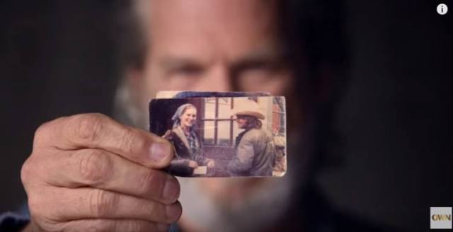 Jeff Bridges holds up photo of the first time he spoke to his wife Susan
