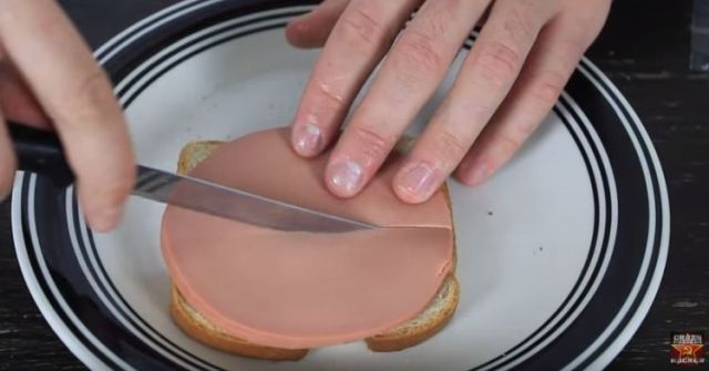 Slicing sandwich bologna to cover all parts of bread