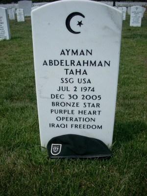 Lápida del Sargento Ayman Taha, 5º Regimiento de Operaciones Especiales [5th Special Forces Group]. Foto del Cementerio Nacional de Arlington [Arlington National Cemetery]